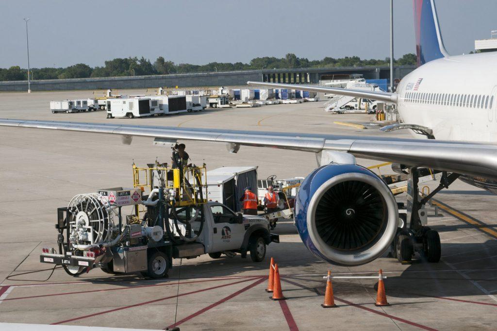 speur-aviation-refuelling-a-delta-757-passenger-jet-at-tampa-international-airport-florida-usa