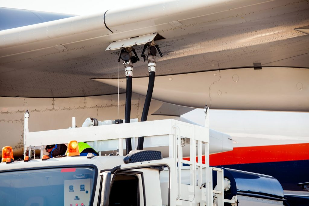 speur-aviation-refuelling-the-aircraft